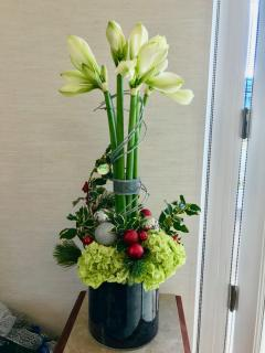 Christmas-Inspired Storefront Arrangement